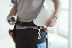 Инженер по строительству и монтажу держа шлем и проекты безопасности стоковая фотография
