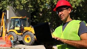 Инженер по строительству и монтажу с ноутбуком стоковое фото