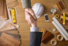 Инженер по строительству и монтажу и бизнесмен тряся руки Стоковая Фотография RF