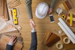 Инженер по строительству и монтажу и бизнесмен тряся руки Стоковое фото RF