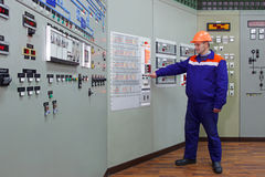 Инженер проверяет индикацию Стоковые Изображения RF