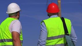 Инженер проверяет работу электрика акции видеоматериалы