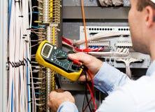 Инженер проверяя электропитание Стоковые Фотографии RF