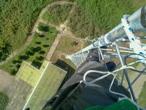 Инженер работает вверху башня, Иран, Gilan стоковое изображение rf