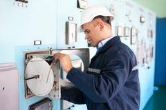 Инженер работая на диспетчерском пункте Стоковые Фотографии RF