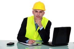 Инженер работая на месте Стоковое Фото