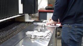 Инженер рассматривает на бумаге проект делать части утюга акции видеоматериалы