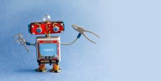 Инженер робота с плоскогубцами крумциркулей Творческая игрушка разнорабочего, работник киборга механика на голубой предпосылке ин Стоковые Изображения RF