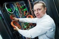 Инженер сети управляя в комнате сервера Стоковое Фото