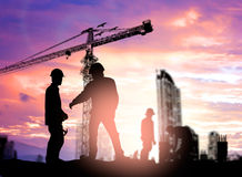 Инженер силуэта смотря рабочий-строителя под cran башни Стоковое Изображение RF