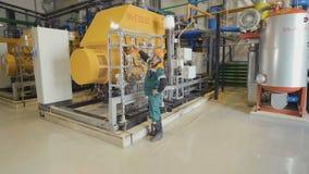 Инженер смотрит метры давления танками металла акции видеоматериалы