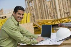Инженер с компьтер-книжкой на строительной площадке Стоковое Изображение