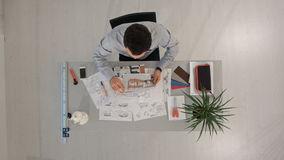 Инженер с светокопиями объекта и компьтер-книжки top сток-видео