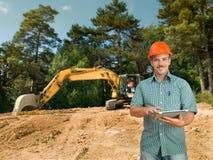 Инженер с цифровой таблеткой на строительной площадке Стоковое Изображение RF