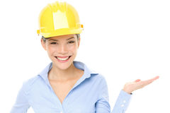 Показ женщины инженера или архитектора трудного шлема Стоковое Изображение RF