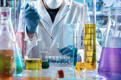 Инженер-химик работая в исследовательской лабаратории Стоковая Фотография RF