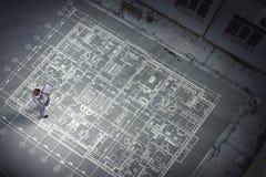 Инженер человека думая над его планом Мультимедиа стоковое фото