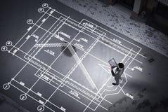 Инженер человека думая над его планом Мультимедиа стоковое изображение