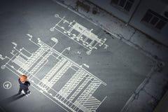 Инженер человека думая над его планом Мультимедиа стоковые изображения