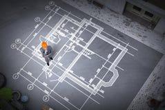 Инженер человека думая над его планом Мультимедиа стоковые фото