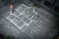Инженер человека думая над его планом Мультимедиа стоковые фотографии rf