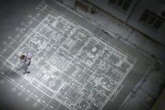 Инженер человека думая над его планом Мультимедиа стоковая фотография