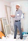 Инженер человека говоря на мобильном телефоне Стоковое Изображение RF