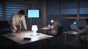 Инженер электроники анализируя проект работы его команды сток-видео