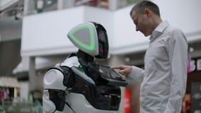 Инженер электроники работая, изобретатель ученого на конструкции робота замедление E сток-видео