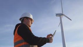Инженер энергии ветрянки, который нужно работать с таблеткой на заходе солнца environmental акции видеоматериалы