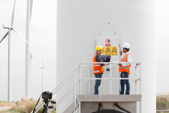 Инженер-электрики и техник работая в ветротурбине Стоковое фото RF