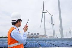 Инженер-электрики работая на генераторе энергии ветротурбины Стоковое Фото