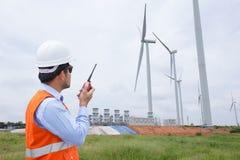 Инженер-электрики работая на генераторе энергии ветротурбины Стоковое Изображение