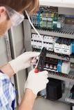 Инженер-электрик ремонтируя fusebox Стоковые Изображения RF