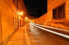 2 линии световых лучей проходя в улицу Стоковое Изображение