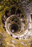 Инициализация хорошо Quinta da Regaleira в Sintra Глубина колодца в 27 метров Оно соединяется с другими тоннелями через u стоковая фотография rf