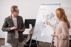Инициативные коллеги офиса обсуждая проект в офисе Стоковые Фото