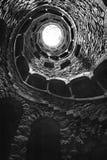 Инициализация хорошо Quinta da Regaleira в Sintra, Португалии в черно-белом, взгляде обратной стороны Стоковые Изображения