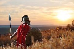 Инкогнито ратник в железном шлеме и красном плаще Стоковые Изображения