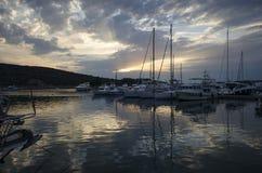 длинние близкие яхты скорости съемки пристани ночи Стоковое Фото
