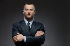 длинной с Полу портрет бизнесмена с пересеченными оружиями Стоковые Изображения RF