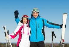 длинной с Полу портрет обнимать лыжников Стоковое Изображение RF