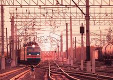 2 длинных движения товарных составов через станцию Стоковое Фото