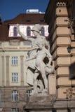 Иносказательное образование состава скульптуры на фасаде здания национального университета Ивана Franko главного Стоковые Фото