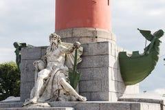 Иносказательная скульптура реки и трибун Dnieper на основании rostral столбца в Санкт-Петербурге, России Стоковая Фотография RF