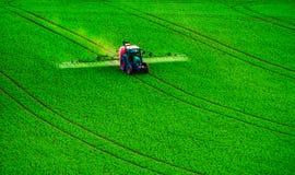 Инсектицид сельско-хозяйственной техники распыляя стоковое изображение rf
