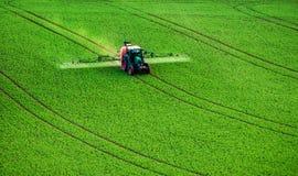 Инсектицид сельско-хозяйственной техники распыляя стоковые фотографии rf