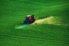 Инсектицид сельско-хозяйственной техники распыляя стоковое изображение