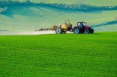 Инсектицид сельско-хозяйственной техники распыляя Стоковое фото RF