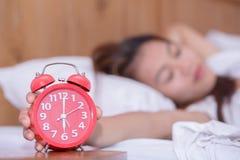 Инсомния молодой унылой женщины страдая и спать разлад proble стоковое изображение rf